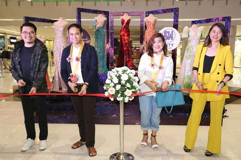 PAMPANGA. Jeff Suarez, AVP marketing of SM North Luzon; universally known Kapampangan fashion designer Mak Tumang; Mexico First Lady February Tumang; and Andrea Madlangbayan, mall manager of SM City Clark lead on March 8, 2019 the opening of Mak Tumang Exhibit featuring the gowns worn by Miss Universe Catriona Gray. (Photo by Chris Navarro)