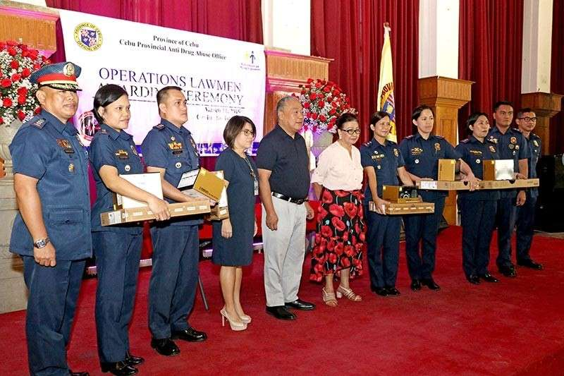 INCENTIVES, TOOLS FOR FIGHT VS. ILLEGAL DRUGS. Cebu Provincial Anti-Drug Abuse Office executive director Carmen Remedios Durano-Meca, Cebu Gov. Hilario Davide III and Vice Gov. Agnes Magpale (fourth to sixth from left, respectively) lead the ceremonial turnover of DSLR cameras to police station chiefs in Cebu Province. Receiving them at the March 11, 2019 ceremony that also awarded top performers in the fight against illegal drugs were (from second from left) Supt. Janette Rafter of the Toledo City Police Station, Supt. Marlu Conag (Talisay City Police Station), Supt. Emelie Santos (Bogo City Police Station), Supt. Clarise Gabutan (Carcar City Police Station) and Supt. Maribel Getigan (Danao City Police Station). With them are Cebu Provincial Police Office Director Senior Supt. Manuel Abrugena (extreme left) and CPPO officials Supt. Ismael Gauna and Supt. Jason Villamater (tenth from left and extreme right). Story on 4. (Contributed photo / Capitol Public Information Office)