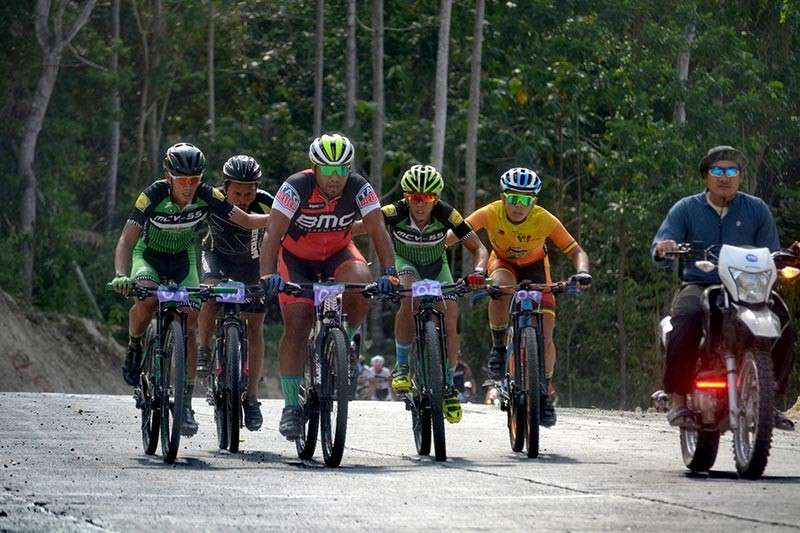 DAVAO. Members of Team Wadab MCV, who eventually clinched the championship trophy, support each other on a hilly portion of the 82nd Araw ng Dabaw mountain bike five-man team competition route Sunday. (Photo by Lenny Navaja)