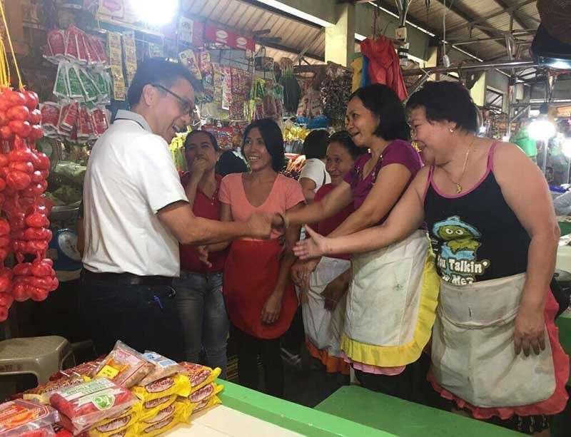 "DUMAGUTE. Former Senator Manuel ""Mar"" Roxas visits a public market in Dumaguete City. (Contributed photo)"