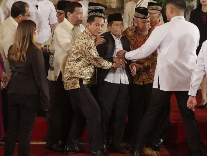 MANILA. President Rodrigo Duterte (third from left) helps in assisting Ghazali Jaafar, vice-chair for Political Affairs and Chair of the Bangsamoro Transition Commission, after briefly falling following oath-taking ceremony for the creation of the Bangsamoro Transition Authority (BTA) at the Presidential Palace in Manila on February 22, 2019. (AP)