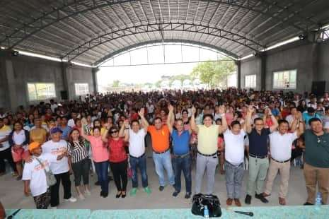PAMPANGA. Returning Apalit mayor Jun Tetangco and runningmate Peter Nucom raise the hands of re-electionist councilors Atoy Castro, Elias Mendoza, Kenneth Nunag, and Edmon Simon as well as candidates for councilor Jed Dalusung, Kris Mangsal, Angie Sabordo and Marcelo Santos during the gathering of coordinators and leaders of Barangay Sulipan Wednesday, March 13. Joining them are Pampanga Liga ng mga Barangay president Gabby Mutuc and barangay officials. (Chris Navarro)