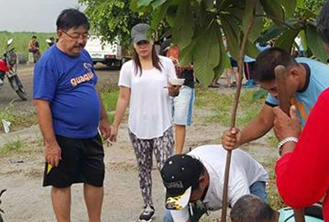 PAMPANGA. Guagua Mayor Dante Torres supervises the planting of tree saplings at the mega dike area in Betis District in a bid to transform the area into an eco-tourism haven that will showcase local artists and their works. (Photo from Guagua official website)