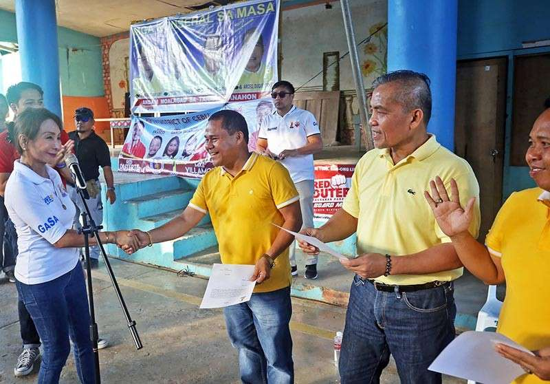 """WELCOME GESTURE. Compostela town Councilor Felijur """"Jury"""" Quiño shakes the hand of One Cebu's gubernatorial candidate, Rep. Gwen Garcia (left). Quiño earlier left Bakud and declared his support for Garcia and its fifth district congressional candidate, Cebu Port Authority Commissioner Duke Frasco. (Contributed by One Cebu)"""