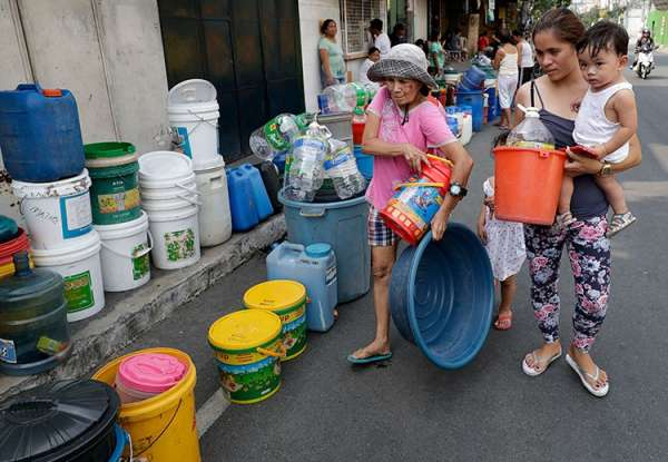 MANILA. Residents line up with containers as they wait for water trucks in Mandaluyong City on Wednesday, March 13, 2019. (AP)