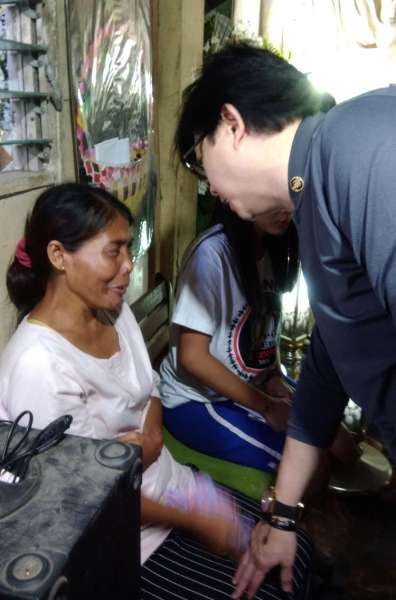 CEBU. Presidential Assistant for the Visayas Michael Dino (right) talks to Lourdes Silawan, Christine Lee's mother, during his visit to the murdered teen's wake in Barangay Mactan, Lapu-Lapu City. (Gregy C. Magdadaro)