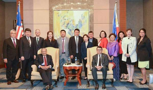 BIG NAMES IN BUSINESS. Malaysian Prime Minister Mahathir Bin Mohamad (seated, left) meets with members of the Association of Southeast Asian Nations Business Advisory Council Philippines led by chairman Joey Concepcion (seated, right). (Contributed photo)