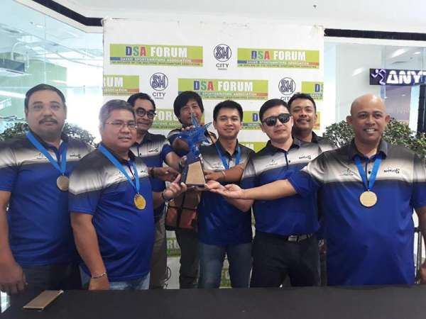 DAVAO. Members of the Davao City Golf Club (DCGC) Amigos hold the Friendship Division championship trophy they won during the recently-concluded 72nd Philippine Airlines Interclub golf team championships in Cebu City as they guest at the Davao Sportswriters Association (DSA) Forum at The Annex of SM City Davao Thursday, March 14, 2019. (Marianne L. Saberon-Abalayan)