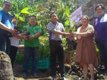 MISAMIS ORIENTAL. Governor Yevgeny Emano (center) leads the ceremonial planting of abaca seedlings, as the Provincial Government launches the tissue culture laboratory on Thursday (March 14) in the town of Sugbongcogon. With him is with the town's mayor, Mildred Mondigo (second right), and Northern Mindanao Director Alfonso Alamban (extreme left). (Cagayan de Oro)