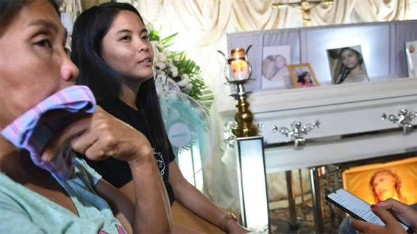 CEBU. Christine Lee Silawan's mother, Lourdes Silawan (left), and sister, Lusiline Silawan. Christine was found dead in a vacant lot in Sitio Mahayahay, Barangay Bankal, Lapu-Lapu City, Cebu on March 11, 2019. (Allan Cuizon)