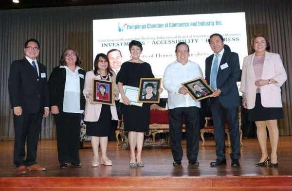 Pampanga Chamber of Commerce and Industry Inc. chairman Emeritus Levy Laus and president Rene Romero award a plaque of appreciation to Senator Dick Gordon and Lipad Corporation's CEO Bi Yong Chungunco during the chamber's 62nd General Membership Meeting and induction ceremonies at LausGroup Event Centre, City of San Fernando, Pampanga. Also in photo are Philippine Chamber of Commerce and Industry (PCCI) President Bing Limjoco; PCCI Regional Governor Gigi Simbulan and Fragments Handicrafts owner Donna Sarmiento Camaya. (Chris Navarro)