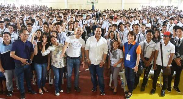"""PAMPANGA. Vice Governor Dennis """"Delta"""" Pineda and Mayor Cris Garbo join thousands of provincial government scholars during the distribution of educational cash assistance in Mabalacat City. (Jun Jaso/Pampanga PIO)"""