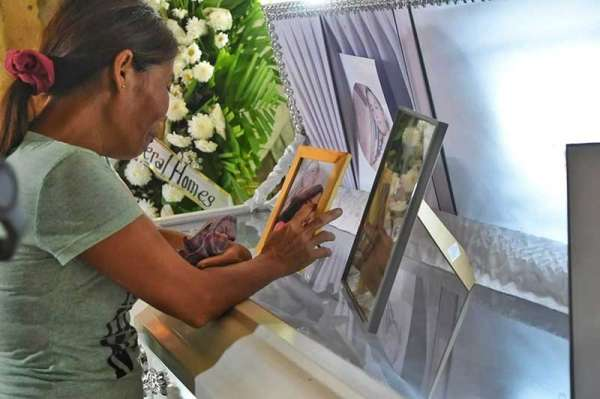MOTHER'S TEARS. Lourdes Silawan couldn't help but weep looking at the body of her daughter, Christine Silawan. The family still seeks justice for the gruesome fate of their good daughter. (Photo by Allan Cuizon/SunStar Cebu)