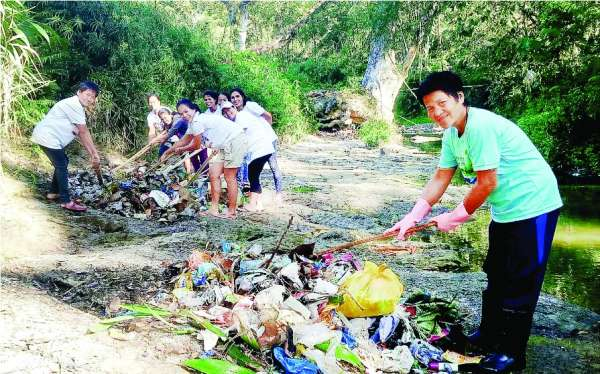 RESPECTING RIVER. Hugpong Cantabacoanon para sa Kinaiyahan members clean the river in Barangay Cantabaco, Toledo City to prevent it from dying and to preserve it for the future generation. (Contributed foto)