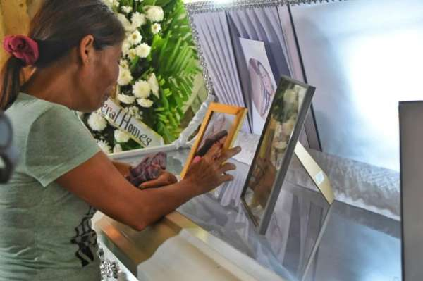 SELF-REGULATE. The murdered teen discovered in an empty lot in Lapu-Lapu City received no mercy from her killer or her killers. She and other victims of violence and exploitation deserve better from a public that mistakes voyeurism and sensationalism for decency and humanity. (File foto)