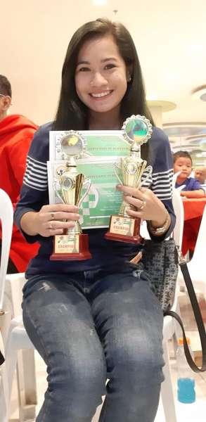 DAVAO. Si Rowelyn Joy Acedo sa Davao City mi-posing ug mipakita sa iyang duha ka champion trophies nga nadag-an atol sa 2019 National Eliminations alang sa SEA Games Mindanao leg nga gihimo sa Gaisano Grand City Gate sa Buhangin, Davao City. (Hulagway tampo ni  Rowelyn Joy Acedo gikan sa FB)