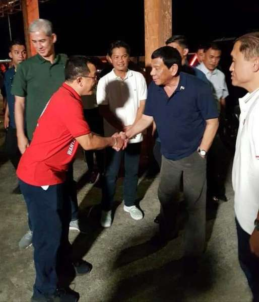 "NEGROS. ""Give us a port."" This was the request of Victorias City Mayor Francis Frederick Palanca when he met President Rodrigo Duterte during the grand political rally in the city on March 8. In the photo are from left, Negros Occidental Vice Governor Eugenio Jose Lacson, Palanca, Rep. Alfredo Abelardo Benitez (3rd district, Negros Occidental), Duterte and senatorial candidate Bong Go. (Contributed photo)"