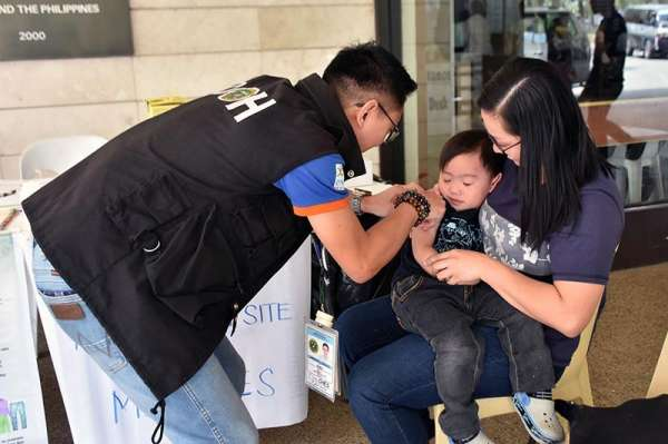 BENGUET. More parents are taking advantage of the free vaccination against measles and Japanese encephalitis for their children at the immunization center set up at the Benguet General Hospital and at the La Trinidad Municipal grounds. (Photo by Redjie Melvic Cawis)