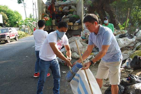 PAMPANGA. San Simon Menro Mel Tayag leads the cleanup drive at the town's open dump site in Barangay San Jose recently. (Contributed photo)