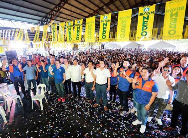 "PAMPANGA. Angeles City mayoralty candidate Bryan Matthew Nepomuceno (Partido Abe Kapampangan) leads some 3,000 supporters in a pledge of support. With him are incumbent Angeles Mayor Edgardo Pamintuan, first nominee of the partylist Abe Kapampangan, and his son and vice mayor aspirant City Councilor Edu Pamintuan, congressional candidate Joseller ""Yeng"" Guiao and other reelectionists and aspiring councilors during last Monday's rally at the People's Gym in Barangay CutCut, Angeles City. (Chris Navarro)"