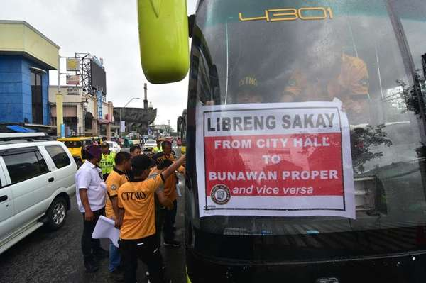 DAVAO. Dabawenyos avail the city's Libreng Sakay to Toril, Calinan, Bunawan, Buhangin, and Catitipan. The buses' starting point is in front of the Davao City Hall. (Photo by Macky Lim)