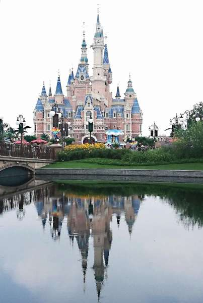 House of mouse. Aside from wooing Chinese tourists to visit Cebu, Cebuano travelers are also enticed to visit China. Many Cebuanos hop on a plane to Shanghai to visit Disneyland. (SunStar file)