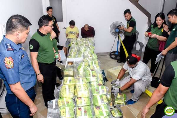 MANILA. PDEA Director General Aaron Aquino (second from left) looks at more than 160 kilograms of shabu concealed in tea wrappers following a drug raid in Ayala Alabang, Muntinlupa City. (PDEA photo)