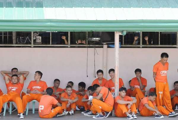 CEBU. Inmates of the Cebu Provincial Detention and Rehabilitation Center (CPDRC) hide under roofed sections of the jail's quadrangle to avoid the heat. Though the weak El Niño is bringing hotter weather across the country, CPDRC officials said they are not worried as they still have a stable water supply available for their needs. (SunStar file photo)