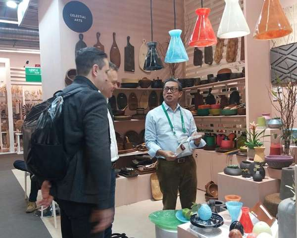 WORLD CLASS. Cebuano exporter Pete Delantar of Natures Legacy entertains buyers during the Ambiente show in Germany. (Photo from DTI's website)