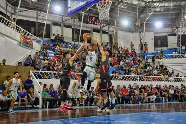 DAVAO. Encho Serrano of De La Salle University (DLSU) Green Archers drives to the basket against two University of the East (UE) defenders during the resumption of the 82nd Araw ng Dabaw college invitational basketball tournament at Almendras Gym Davao City Recreation Center Tuesday evening. (Photo by Macky Lim)