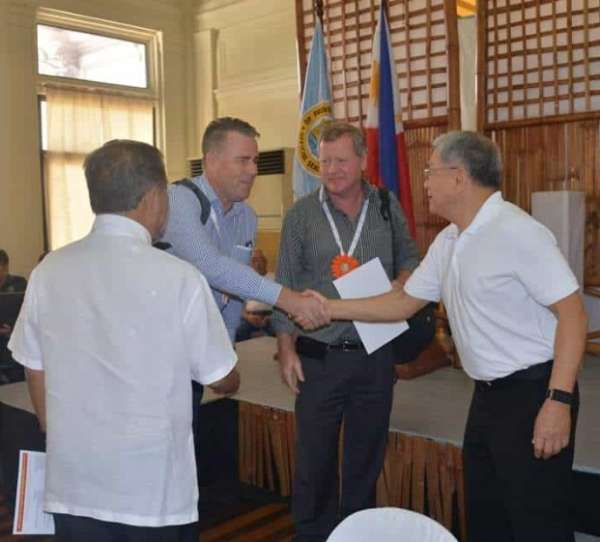 BACOLOD. Governor Alfredo Marañon, Jr. (left) and Provincial Consultant on Investment Promotions, Export, and Trade Development Rafael Coscolluela (right) welcome the representatives of Northern Territory Australia Chamber of Commerce during the latter's visit at at the Provincial Capitol in Bacolod City Wednesday, March 20, 2019. (Capitol photo)