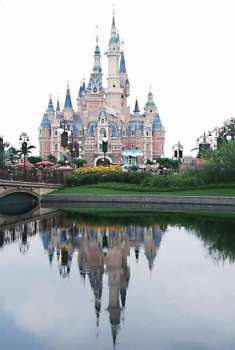 House of mouse. Aside from wooing Chinese tourists to visit Cebu, Cebuano travelers are also enticed to visit China. Many Cebuanos hop on a plane to Shanghai to visit Disneyland. (SunStar file) onerror=