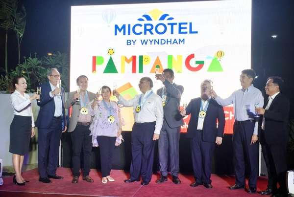 PAMPANGA. MTL Foods Corporation president Tess Laus, Laus Group of Companies chairman and CEO Levy P. Laus, Phinma Corp. president and CEO Ramon del Rosario, Phinma Microtel Hotels Inc. president and managing director Jose Mari del Rosario and Wyndham Hotel and Resorts president and managing director Joon Aun Ooi raise a toast during the formal launch of Microtel by Wyndham Pampanga on Tuesday. (Princess Clea Arcellaz)