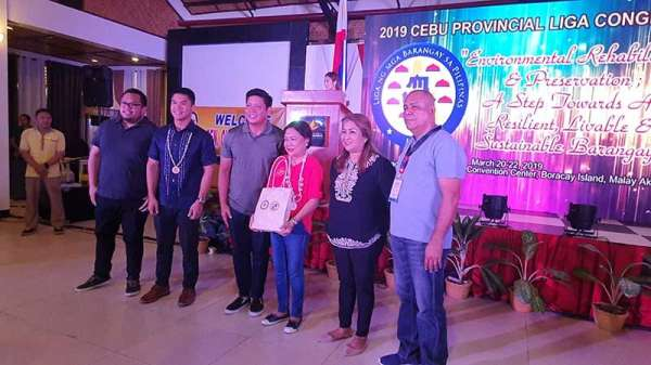 AKLAN. Senator Cynthia Villar receiving a token of appreciation from barangay officials in Cebu. (Jun N. Aguirre)