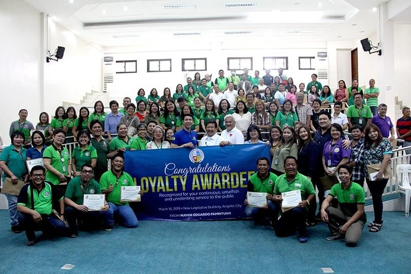 """PAMPANGA. Angeles City Mayor Edgardo Pamintuan and Vice-Mayor Bryan Matthew Nepomuceno with the 192 loyalty service awardees of the city government during their conferment rites held Monday at the city hall. Also present during the ceremony were City HRM officer Rowena Yambao, City Administrator Dennis Albert Pamintuan, councilors Joseph """"PG"""" Ponce and Carmelo """"Pogi"""" Lazatin, Jr. and AGENDA President Aiza Santos. (AC-CIO)"""