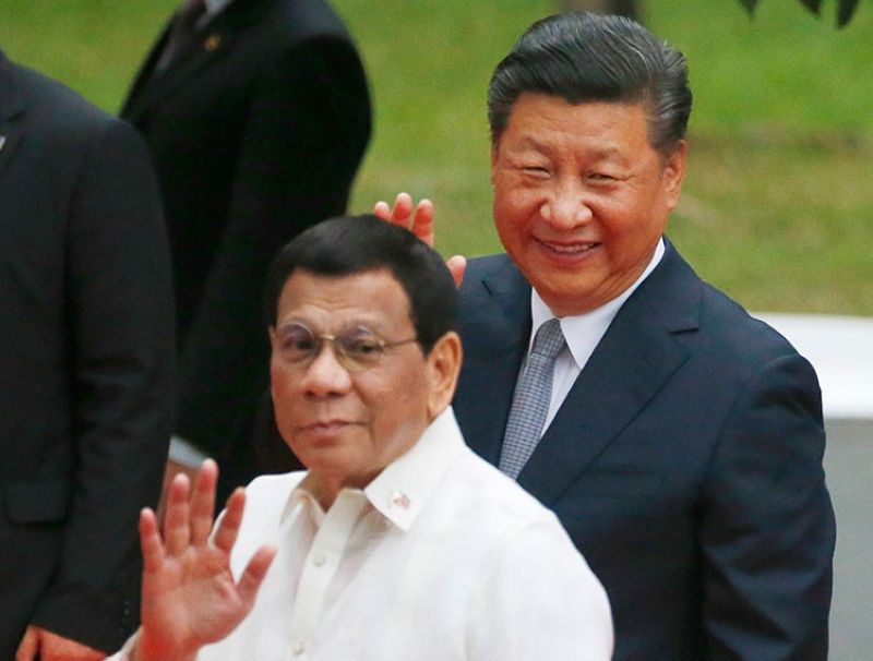 MANILA. In this November 20, 2018, Chinese President Xi Jinping and Philippine President Rodrigo Duterte wave to the media following the welcome ceremony at Malacanan Palace in Manila, Philippines. (AP)
