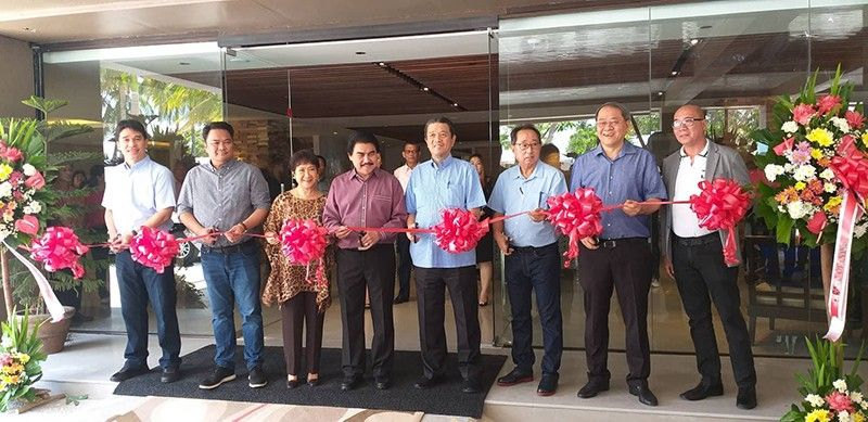 BACOLOD. Bredco officials, led by its president Jose Antonio Alonte (left) and investor and strategic partner business tycoon Lucio Co (fourth from right), pose with City Government officials, headed by Mayor Evelio Leonardia (fourth from left) and Congressman Greg Gasataya (second from left), and first lady Elsa Leonardia (third from left) at the opening of Acacia Hotel Bacolod in the reclamation area. (Erwin Nicavera)