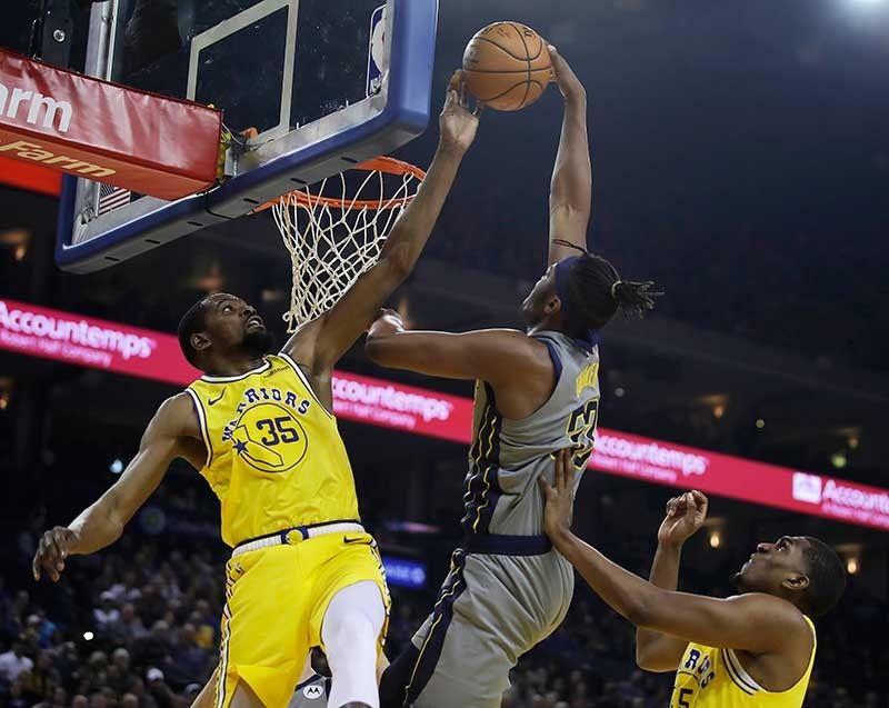 Palak: Gipakita ni Golden State Warriors forward Kevin Durant ang iyang kahanas sa depensa pinaagi sa pagpalak sa itsa ni Myles Turner (33) sa Indiana Pacers ning aktuha sa usa sa mga aksyon sa NBA kagahapon.Gipangmakmak sa Warriors ang Pacers ning sangkaa. (AP)