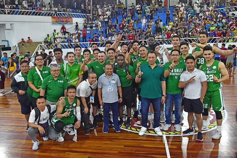 WE ARE THE CHAMPIONS. Lawyer Mans Carpio and Samahang Basketbol ng Pilipinas (SBP) regional director Glenn Escandor pose with the 82nd Araw ng Davao college invitational basketball tournament champion De La Salle University (DLSU) Green Archers during the awarding rites. (Macky Lim)