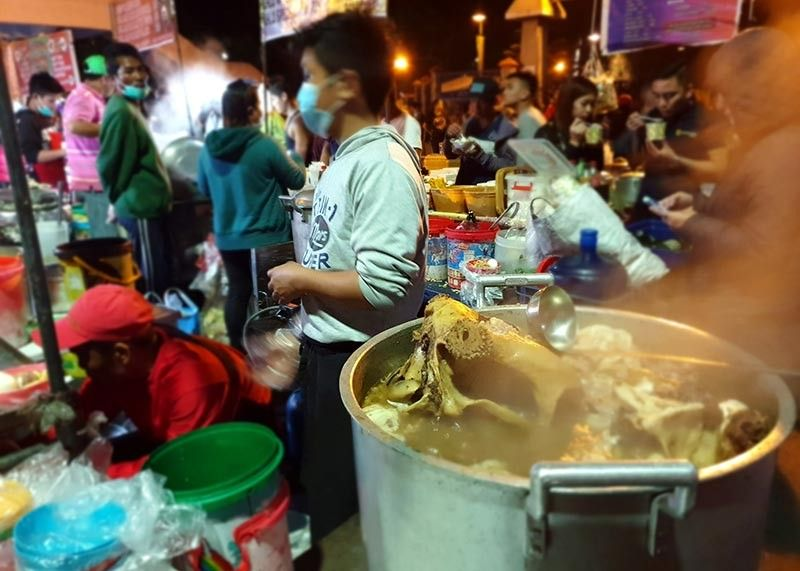 BAGUIO. Despite the ban on cooking at the night market, some food vendors still defy the order of Mayor Mauricio Domogan. (Photo by Maria Elena Catajan)
