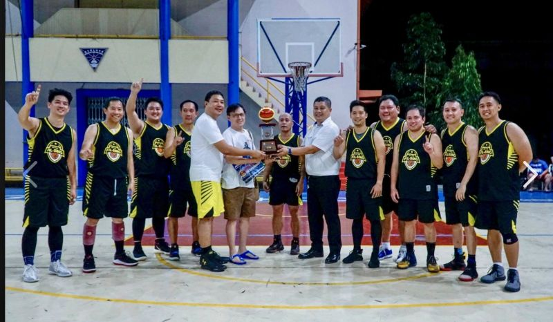 BACOLOD: Jolly Castillo, Richard Co, Chipeng Uy , Bobil Alagaban, Fil-Sino Athletic Club president Michael Oliver Manaloto, Stephen Tan, Michael Miranda-Asia Brewery Bacolod Sales Office manager, Ervin Tan, John Dustin Chua, Atty. Reymond Dilag, Alex Fernandez, Berto Uy. (Photo courtesy of Alan Su)