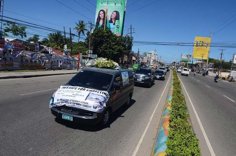 Convoy: Taas ang kutay sa mga sakyanan nga gisakyan sa liboang minghatod sa lubong ni Christine Lee Silawan, apil na niini ang mga electric jeepney (E-JEEP) (tuo nga hulagway). (Alan Tangcawan)