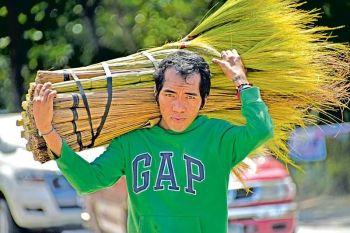 DAVAO. Gipas-an ning usa ka lalaki ang iyang baligya nga silhig-lanot ug gisuroy didto sa Barangay 10-A, siyudad sa Davao nga mapalit lang sa tag P80 matag-usa. Kini gitanom sa Kapatagan, Digos City, Davao del Sur. (Macky Lim)