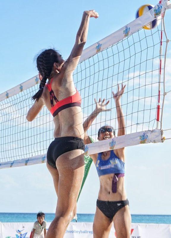 SPIKE. Si Rose Malagar (wala) sa Team USC nga naka-score pinaagi sa spike niining aktoha atol sa ilang duwa batok sa Air Force 1 team sa qualification match sa Beach Volleyball Republic (BVR) nga natapos kagahapon sa White Beach sa Santa Fe, Bantayan, Cebu. (Alex Badayos)
