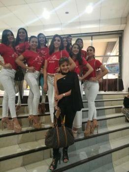 MGA KANDIDATA: Ang mga kandidata sa Ms M-Talents 2019 uban sa  tag-iya sa kompaniya nga si Aida Patana (tunga). (Tampo)
