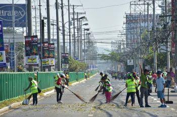 DAVAO. Okupado ang mga sakop sa City Environment and Natural Resources Office (Cenro) sa pagtapok sa mga pinutol nga dahon sa Daan Maharlika Highway, Davao City atol sa Alveo IronMan 70.3 triathlon, Dominggo, Marso 24. (Macky Lim)