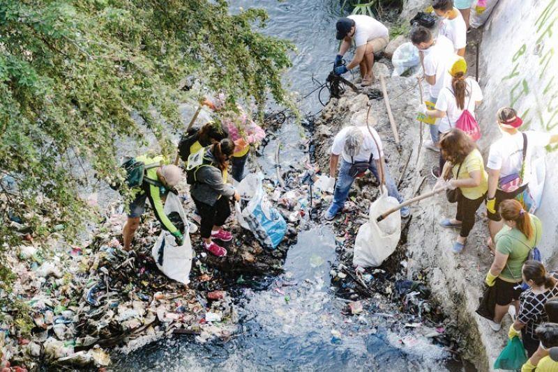 """BUHION PAGBALIK. Midaghan ang mga volunteer gikan sa public ug private sectors nga nagtinguha sa pagbuhi og balik sa mga kasapaan sa rehiyon nga gihulagway nga """"dead river"""" ug usa na niini ang Bulacao River, Cebu City. (Arni Aclao)"""