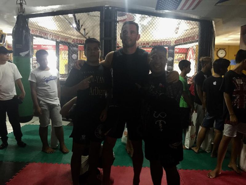POSITIVE ATTITUDE. MMA legend Rich Franklin (center) with Allan Albindo (left) and Yawyan Ardigma founder Ekin Cañiga during his visit to Cebu. (Contributed photo)