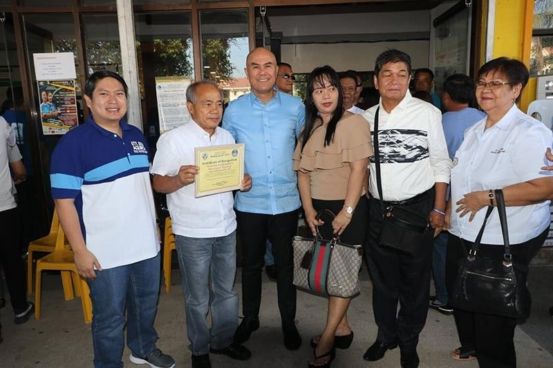 PAMPANGA. Mabalacat City Mayor Cris Garbo and runningmate Geld Aquino presented Monday, March 25, the certificate of recognition to Barangay DapDap Chairman Javie Taruc, president of DapDap Traning Center, Kagawad Armando Rivera,  Aidee Galang Henson, DTC Administrator and Barangay Treasurer Erlita Caenz. The said barangay is the first in Pampanga to be issued with a Certificate of TVET Program Registration by Tesda. (Photo by Chris Navarro)