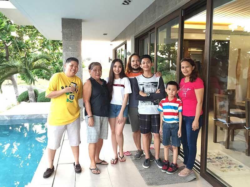 Fans: Nagpalitrato ang pipila sa fans ni Missy Quiño (ikatulo gikan sa wa) sa swimming pool sa balay nila sa Amara.